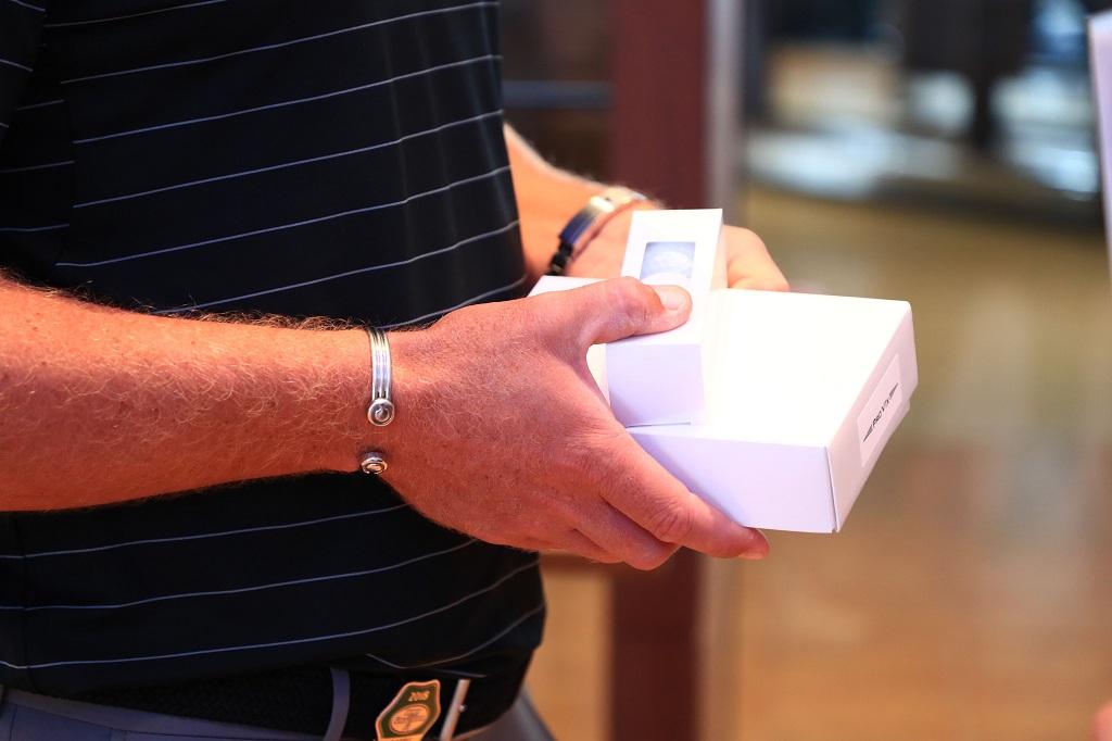 画像: タイトリストのスタッフが選手に渡す白い無地のボールパッケージ。ツアーではおなじみ、プロV1の「テストボール」だ