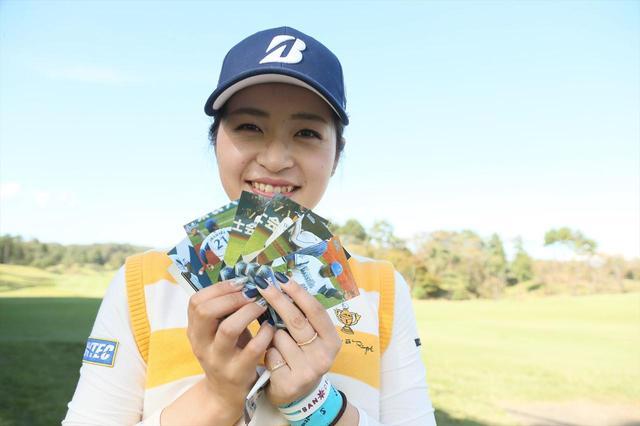 画像: ベイスターズカードを手にした三ヶ島は、この笑顔