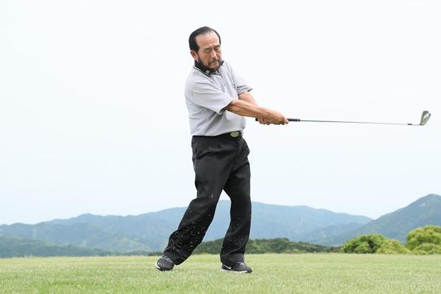 画像: 手のひらが上を向くことで足の裏と並行になり、上半身と下半身が連動する