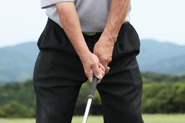 画像: テンフィンガーグリップの場合は右手のひらが上を向くように握る