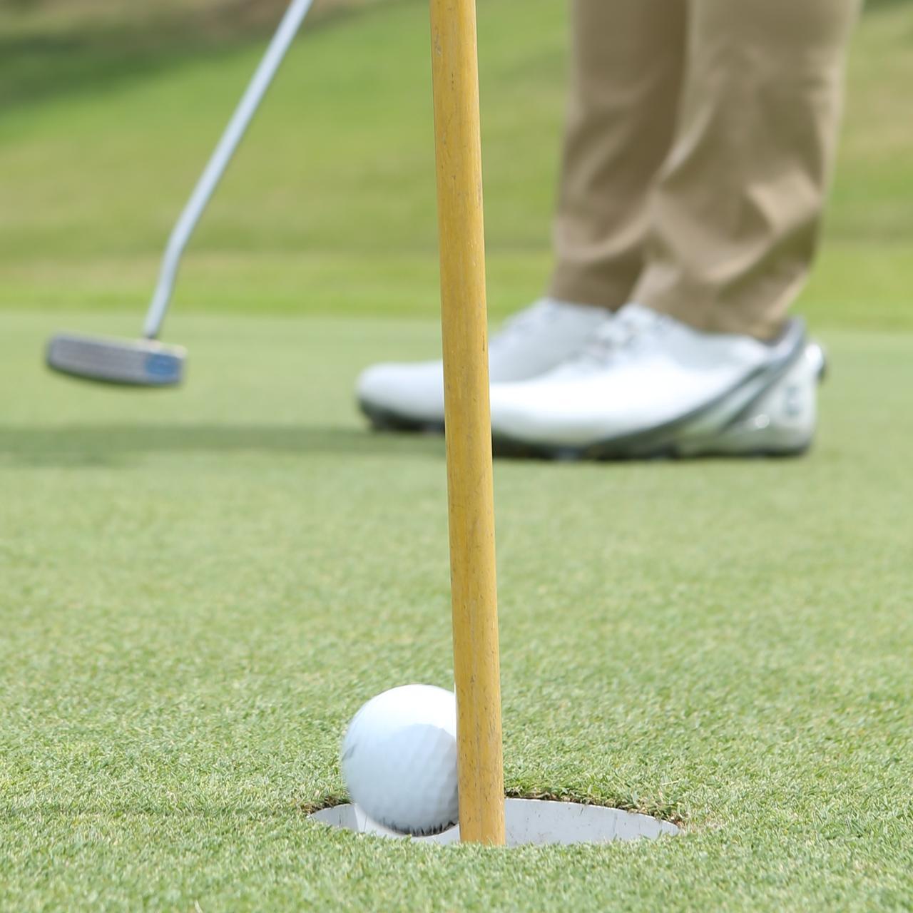 画像: ピンを差したままにすることで、様々なメリットがゴルファーにはありそう(撮影/野村知也)