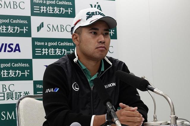 画像: 報道陣からの質問に応じる松山英樹