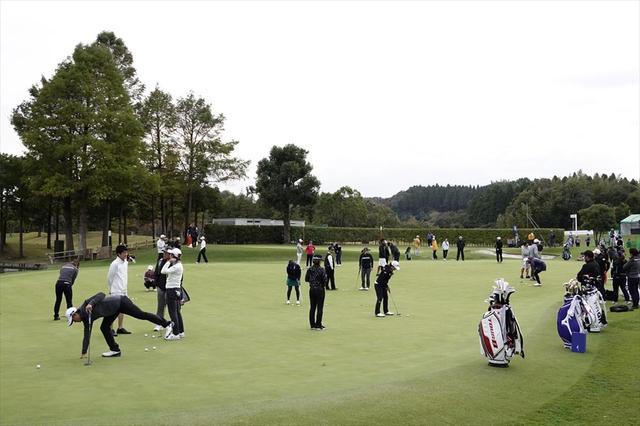 画像: 練習グリーンでは「その週のグリーン」に感覚を合わせ、ラインが自然にイメージできるように練習を重ねる