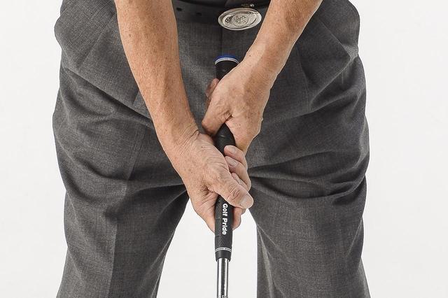 画像: オーバーラッピングなどで覚えたゴルファーは左手主導のゴルフから、右手を主役にするゴルフに意識を変えることから始めるといい