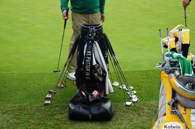 画像: 練習グリーンでは、選手たちに手に取ってもらうべくツアーレップたちが自社商品を並べている