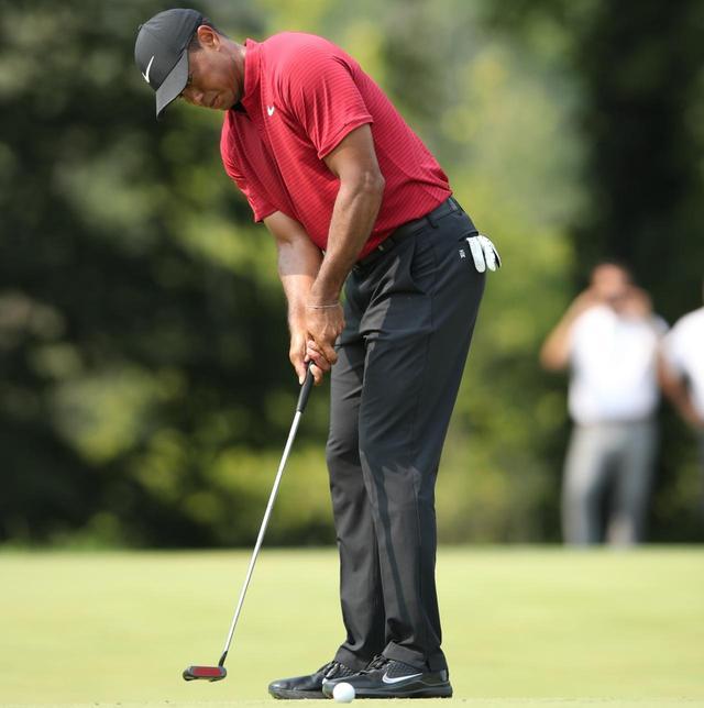 画像: タイガーは細いグリップを変わらず愛用(写真は2018年の全米プロゴルフ選手権 撮影/姉崎正)