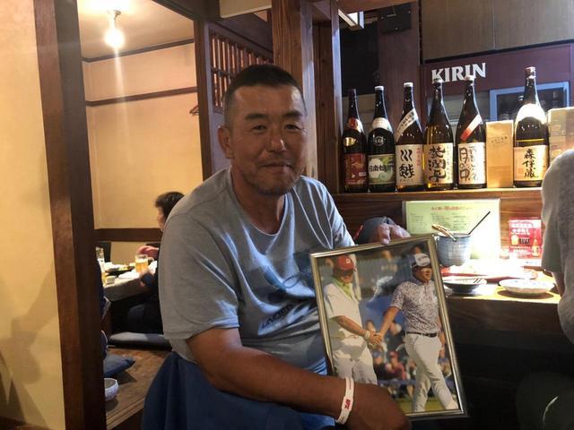 画像: ベスト・キャディ・オブ・ザ・イヤー受賞後、居酒屋で取材陣と偶然出くわした柏木。記念の写真を手に笑顔