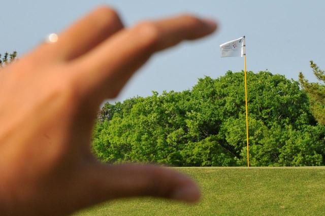 画像: 砲台グリーンに高い球でピタリと寄せるのは難しい…(写真/増田保雄)