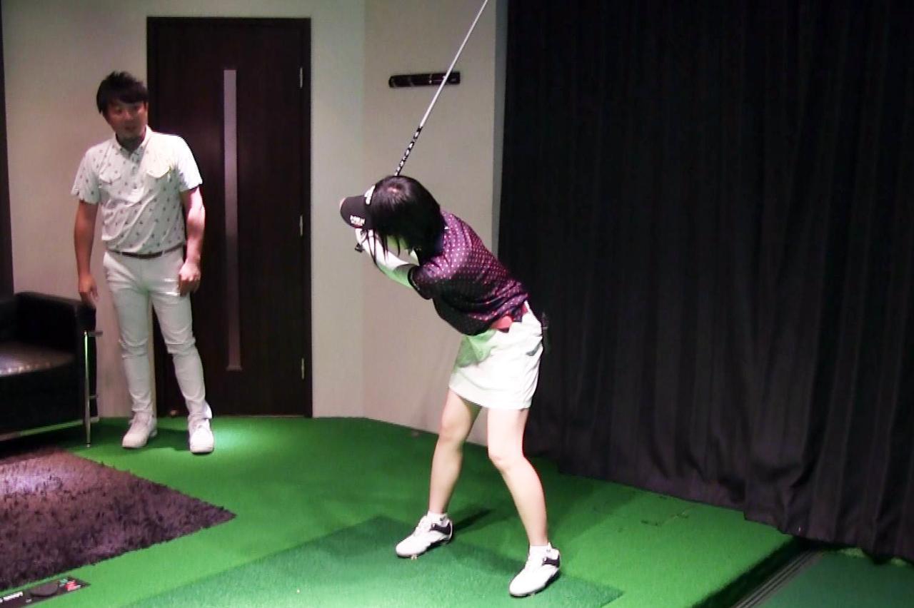 画像: 体の起き上がりを防ぐためにはお辞儀をするように上半身を倒してダウンスウィングに入るといい、と吉田