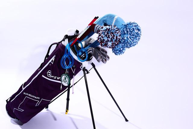 """画像: 細めのバッグに必要な分だけクラブを入れてプレーする。それもまたゴルファーの""""粋""""だ"""