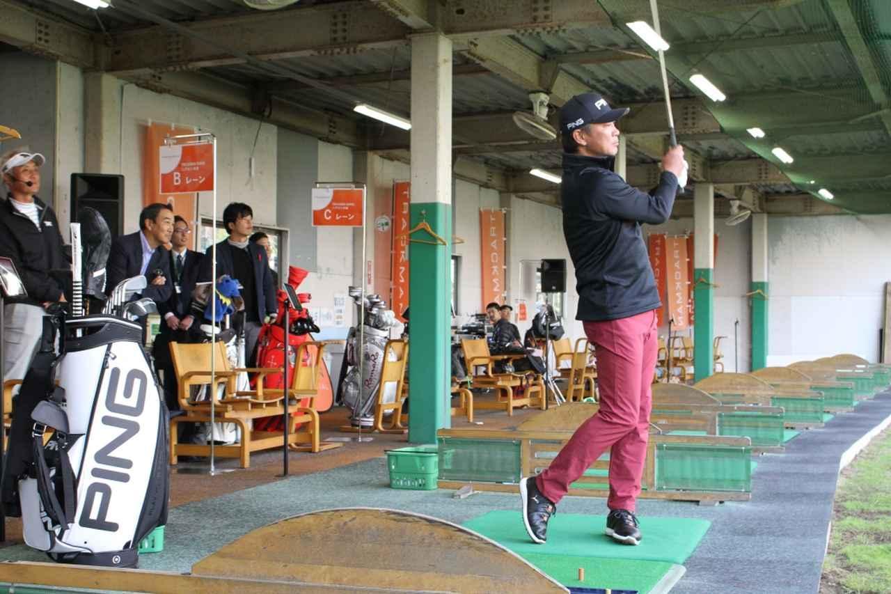 画像: 11月16日に「フルヤゴルフガーデン」で行われた発表会には塚田好宣プロも登場し、実際にボールを打つデモンストレーションも行われた