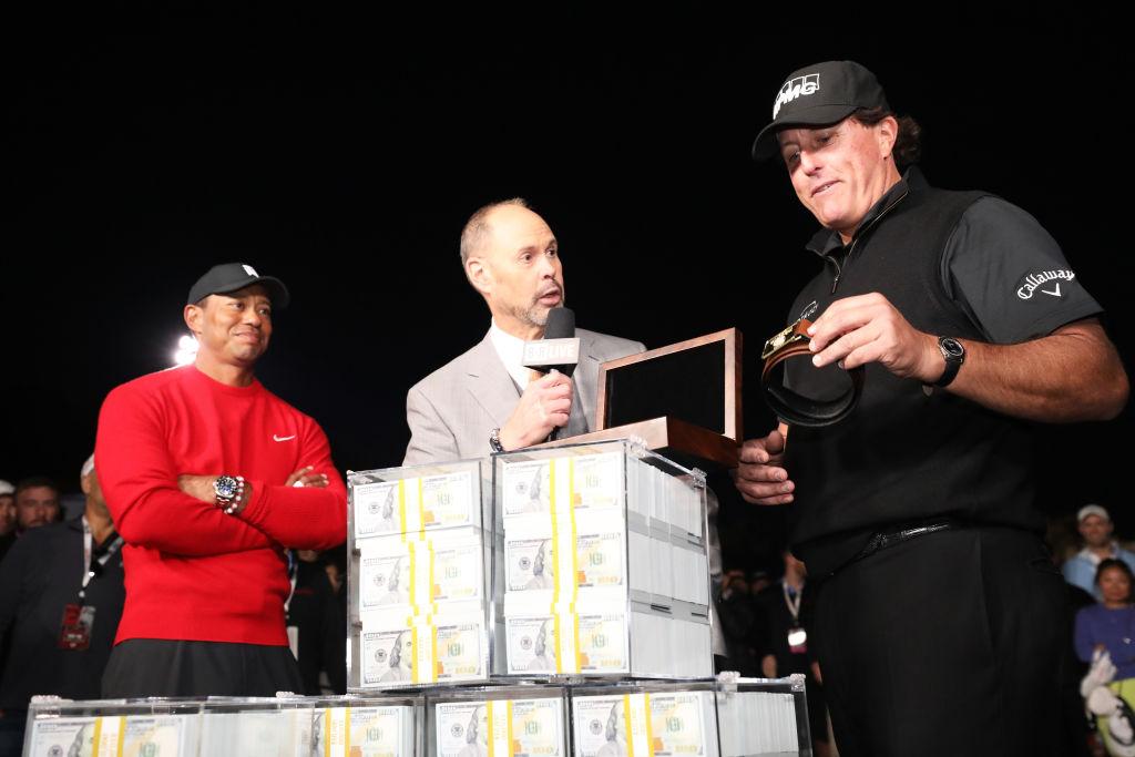 画像: 10億円とともに贈られたベルトを手に取るもサイズが小さく「これはタイガーのサイズだ」と爆笑を誘った(写真はGetty Images)