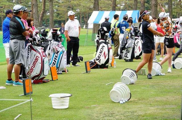 画像: 女子ツアーの練習風景。オレンジ色の「トラックマン」がズラリと並んでいる