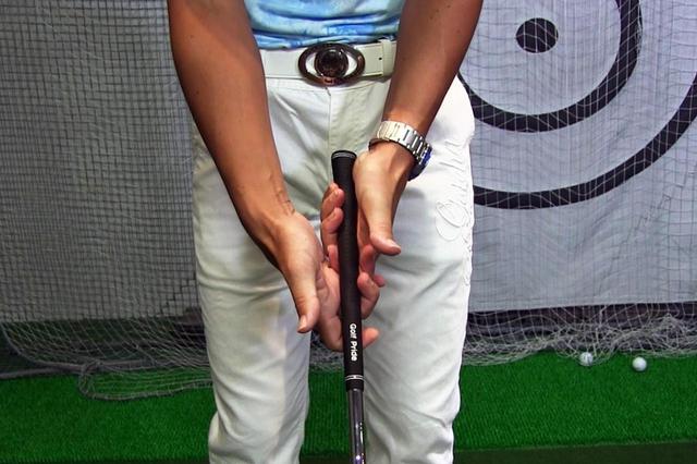 画像: 細い棒を回すというより、太い丸太を下から支えながら回すイメージで握ろう