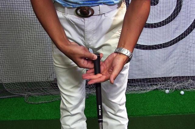 画像: (画像2)中指と薬指のあいだをシャフトに差し込み、小指から順に握っていく。この手順を踏むと尺骨のラインで握れる