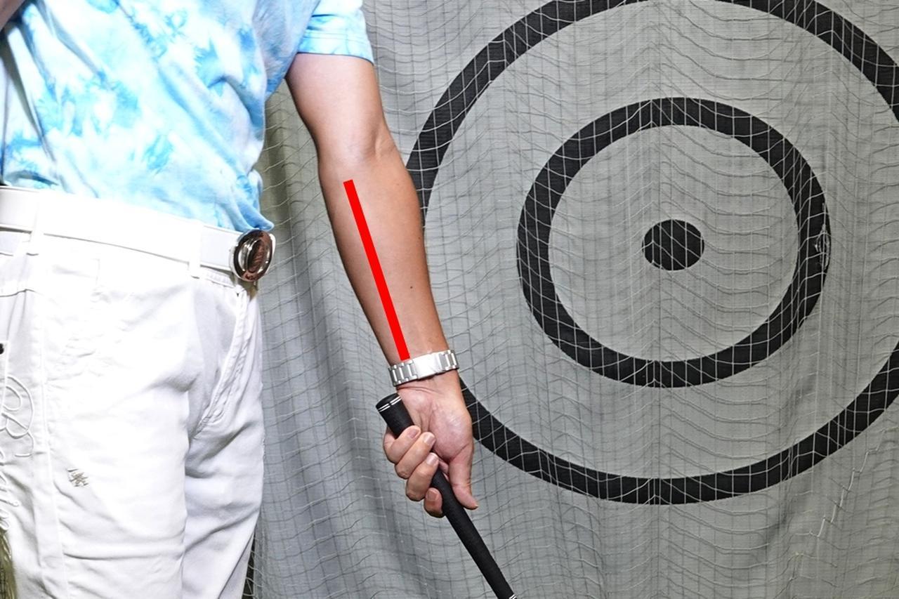 画像: 画像の赤線で示した部分が尺骨。腕の回転の軸となる尺骨のラインで握るとスムーズにクラブを回せる