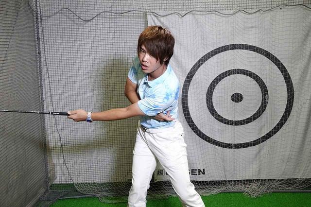 画像: 腕の力こぶを正面に向けたままテークバックすると、左わきにある腹斜筋が縮み、左肩が下がる