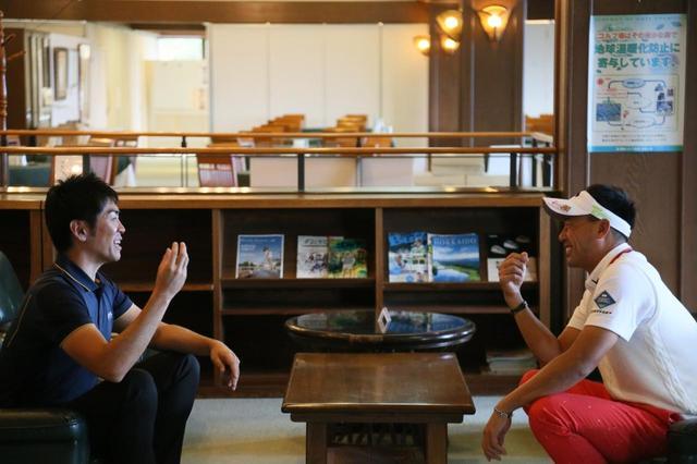 画像: 432ヤードの日本記録を出したことがある南出プロにスプリング打法について吉田洋一郎が話を聞いた(写真は左が吉田洋一郎、右が南出仁寛)
