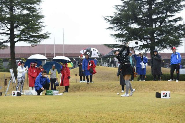 画像: 雨の中でもレインを脱いで豪快なドライバーショットを決める川崎志穂