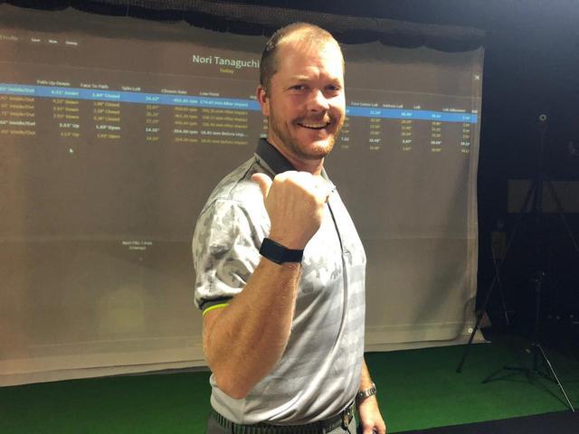 画像: 親指を立ててひじを曲げると上腕と前腕の長さの比率がわかる。写真のリアムは前腕が長いタイプ