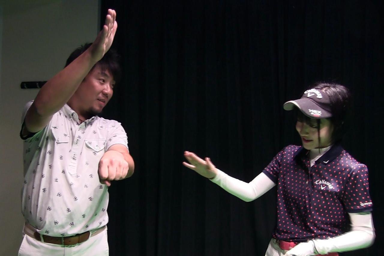 画像: 卓球のドライブのように下から擦り上げるイメージでボールにコンタクトすると良いと吉田