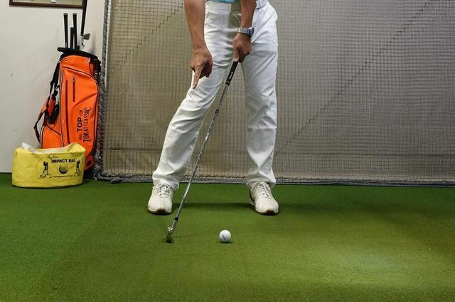 画像: 前述の2点を踏まえたうえで、ボールの右側、ダフるくらいの位置を狙ってスウィングするとしっかりボールに当たる