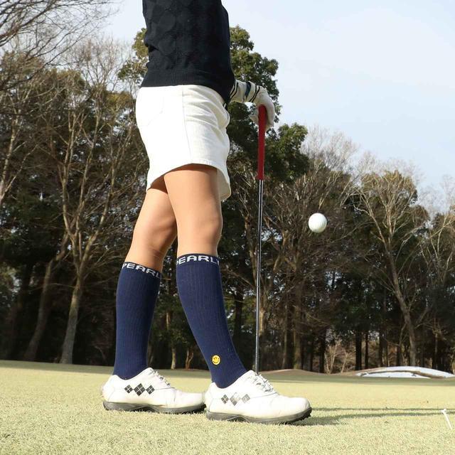 画像: 気合の入ったゴルフ女子は、冬でもミニスカート!?(撮影/姉崎正)