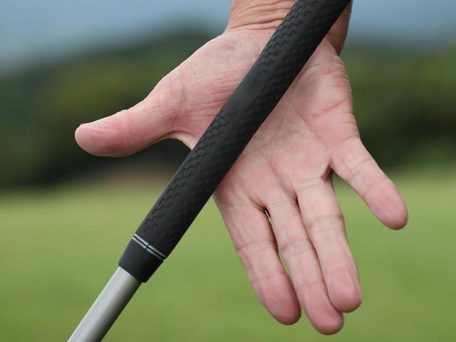 画像: 右手の生命線に合わせて握ると、クラブとの接地面が多いから利き手の優位性を保てる。手のひらの面積の割合も均等で、グリップのバランスもよくなる