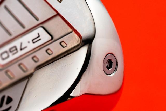 画像: このネジ部分から、充填剤「スピードフォーム」を注入することで、打感や打音が良くなっている