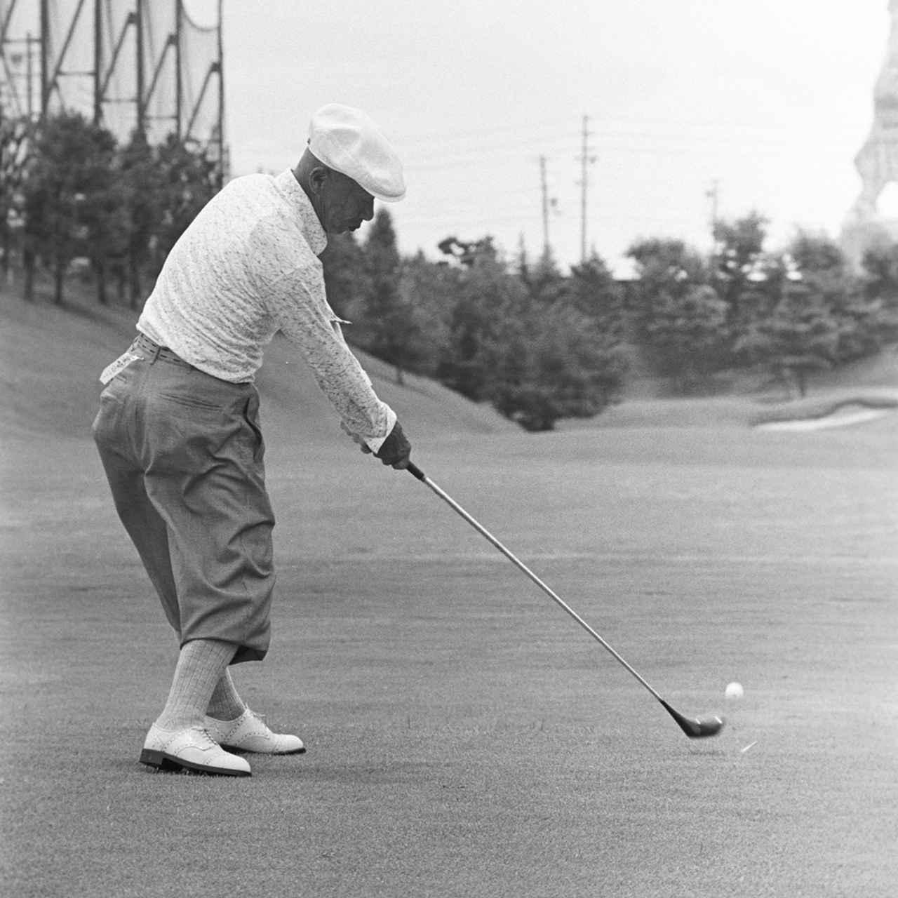 画像: インパクトからフォロースルーまで右足の粘りがポイント(写真は1977年の日本プロゴルフシニア選手権)