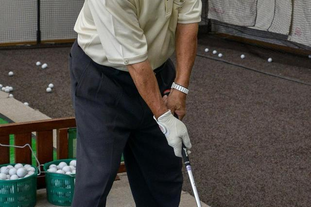 画像: 左手を重視すると、両手で同じ動作をしようとしてしまう。グローブも右手に着けて練習すれば利き手が生きる握り方をマスターできる