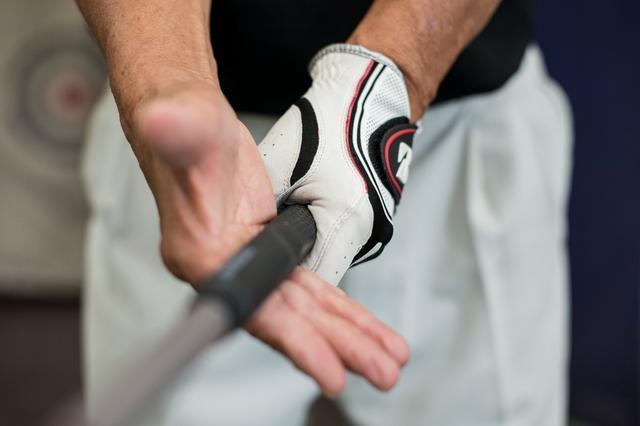 画像: テンフィンガーであれば、左手の親指を外し右手はシャフトのみを握る。「円形」のものを握り振るのは、安定感があり難しく感じない(撮影/ 浅田紀元)