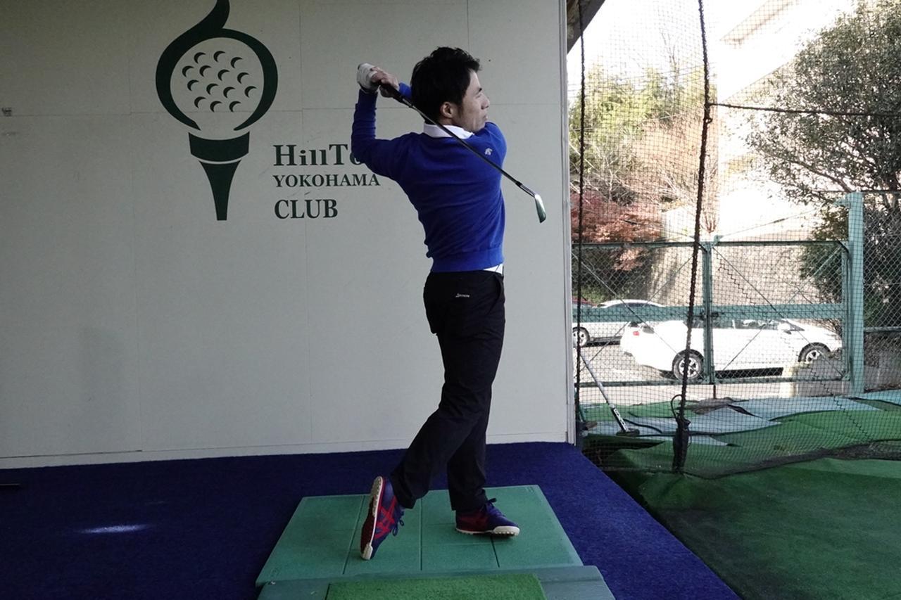 画像: ボールに当てる練習よりも、まずは振り切ってフィニッシュの形を作ることが重要だと原田
