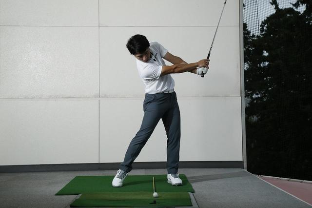 画像: 頭の位置をボールの後方でキープできると効率よくヘッドが加速する。しっかりヘッドが走ると自然とフォローが大きくなり、スムーズにフィニッシュまで振り抜ける