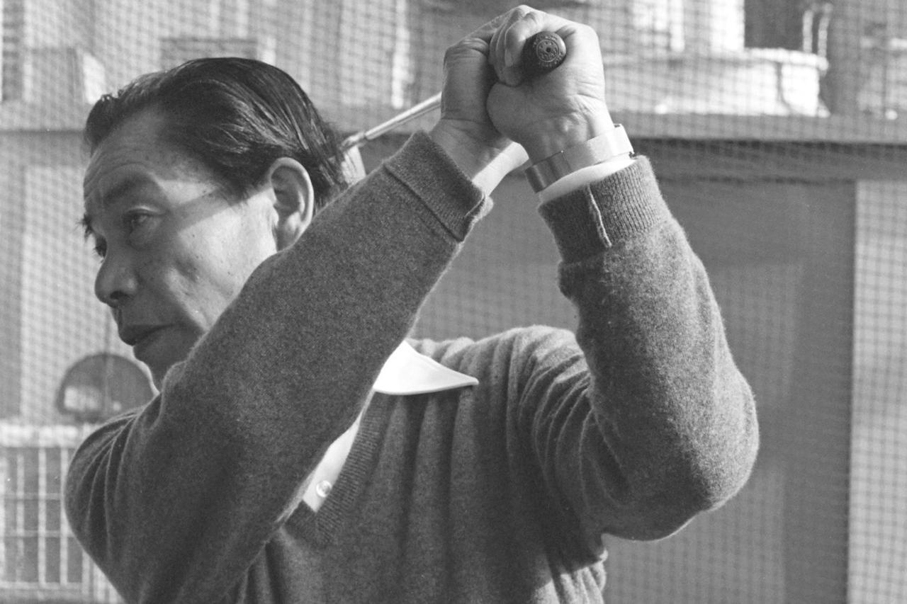 """画像: 日常生活の中で使っている動きをスウィングに採り入れる""""生活密着型""""の指導をしていた小松原プロ"""