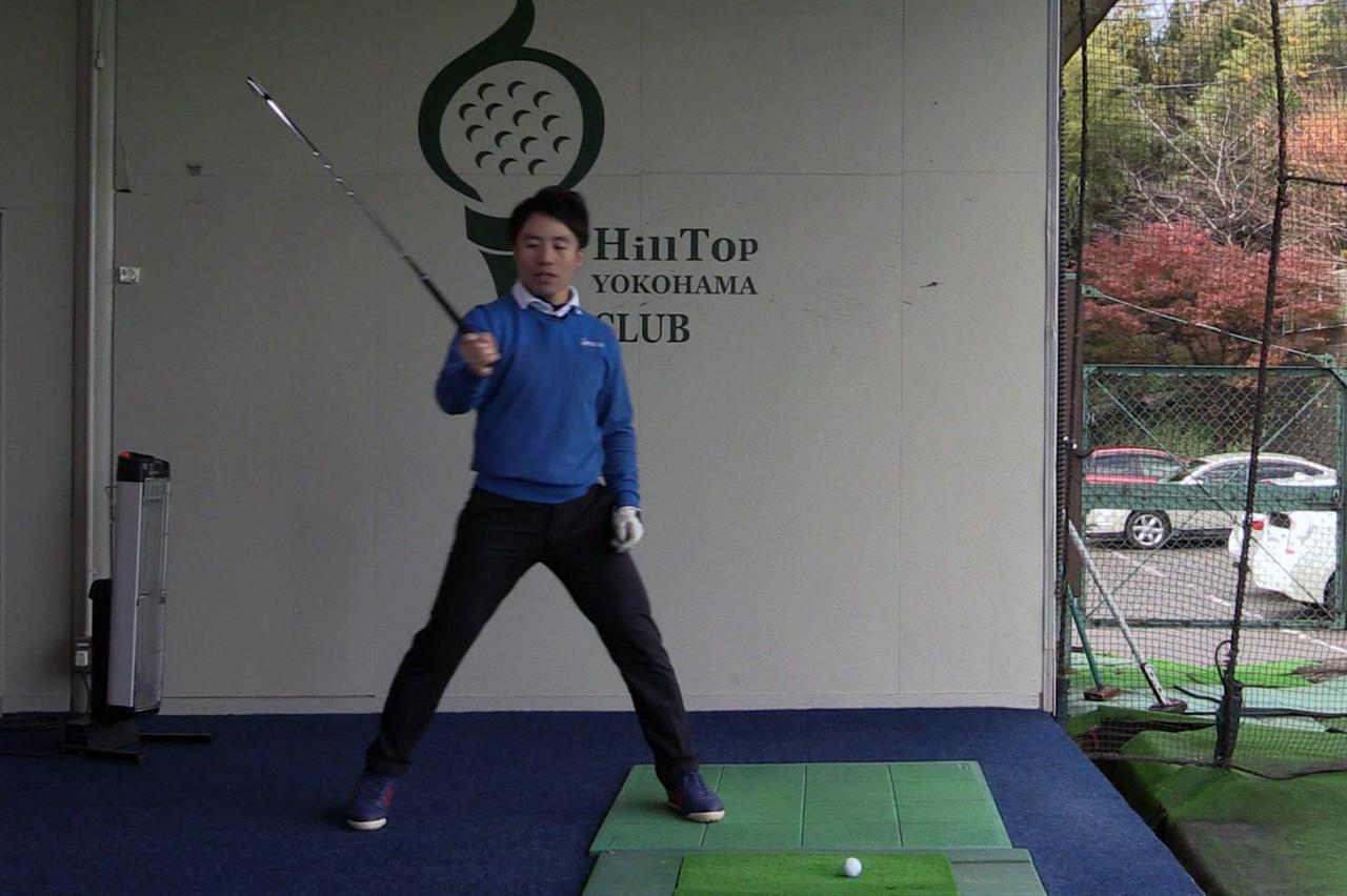 画像: 体とクラブの動きにギャップを作ることでヘッドの重さを感じられ、ボールを捉えやすくなる
