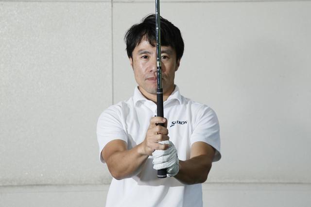 画像: 原田が推奨するのは、右手の小指を左手の人差し指と中指の間に乗せるオーバーラッピンググリップ