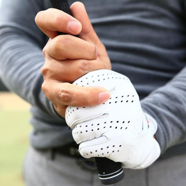 画像: リズムよく包丁で大根を刻める強さで握ろう(撮影/大澤進二)