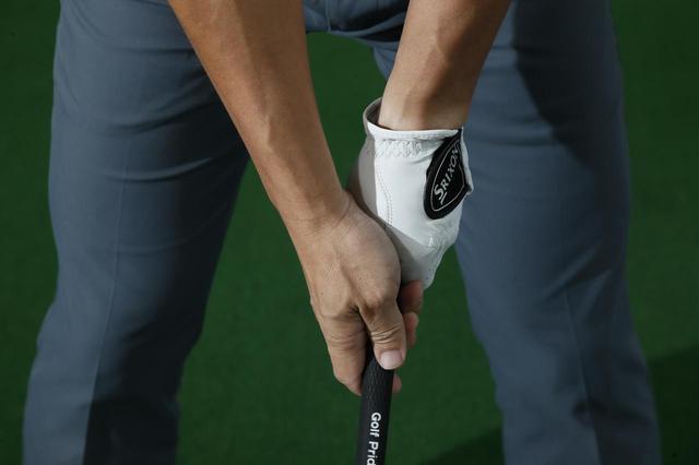 画像: 左手の親指を包むように、右手を握る