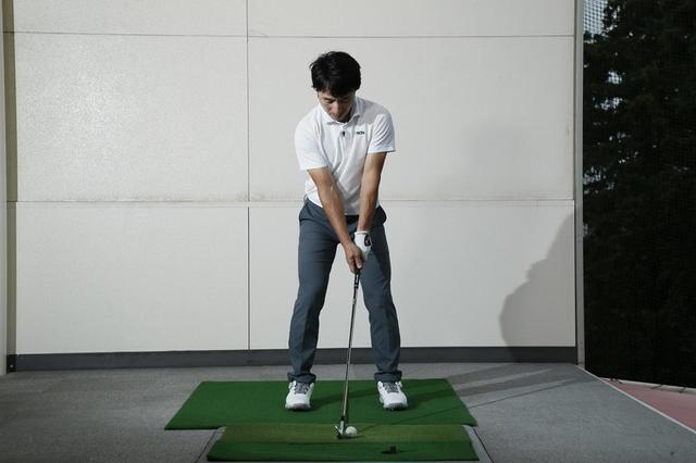 画像: クラブヘッドを体のセンターに置いた場合、必然的にボールはそれよりわずかに左足寄りになる。これが7番アイアンの正しいボール位置だ