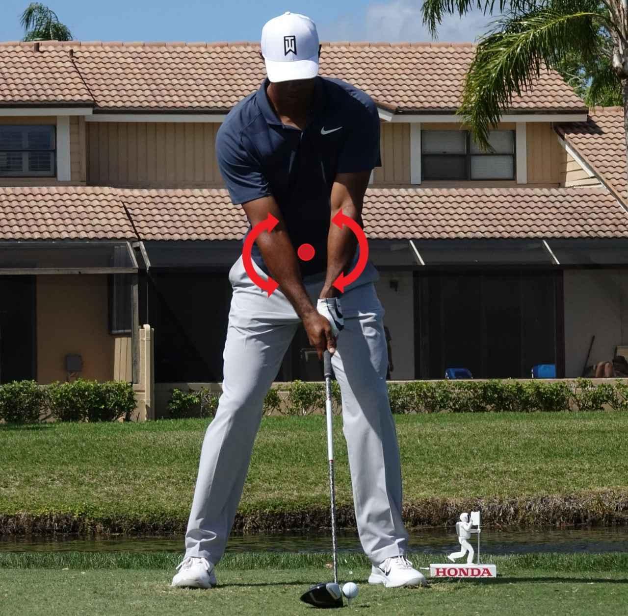 画像: 肩が上下に動くような体のタテ方向の回転は「前後軸」が中心になる。「地面反力」を考えるうえで不可欠な概念(写真は2018年のホンダクラシック)