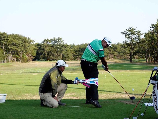 画像: 「ダンロップフェニックス」の練習日にタオルで動きを矯正しながら打つ(写真は2018年ダンロップフェニックス練習日)