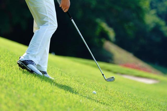 画像: 初心者、100切りゴルファーにとって大きな課題となる傾斜を克服するには……?