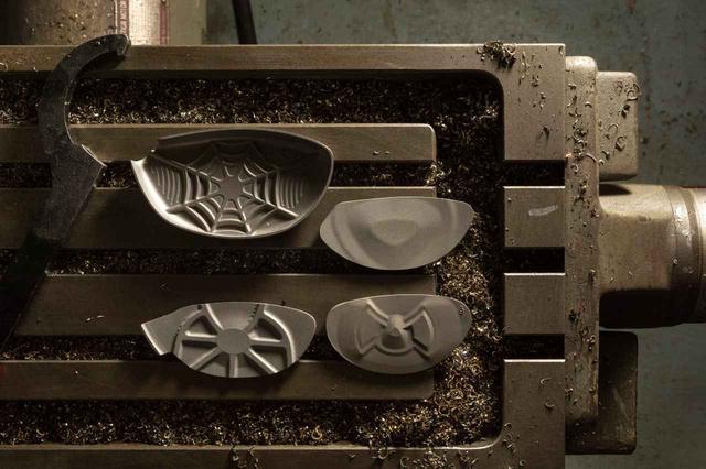 画像: フェース裏の凹凸がものすごいことになっている最新ドライバー。鍛造、ミーリング、新素材など手法はそれぞれ。目的はほぼ同じである。