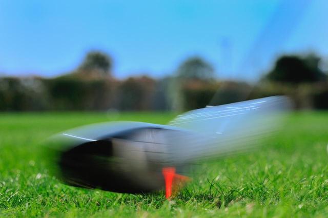 画像: インパクト直後、ボールがあらぬ方向へ……とっさに叫ぶ「ファー!」の意味は?