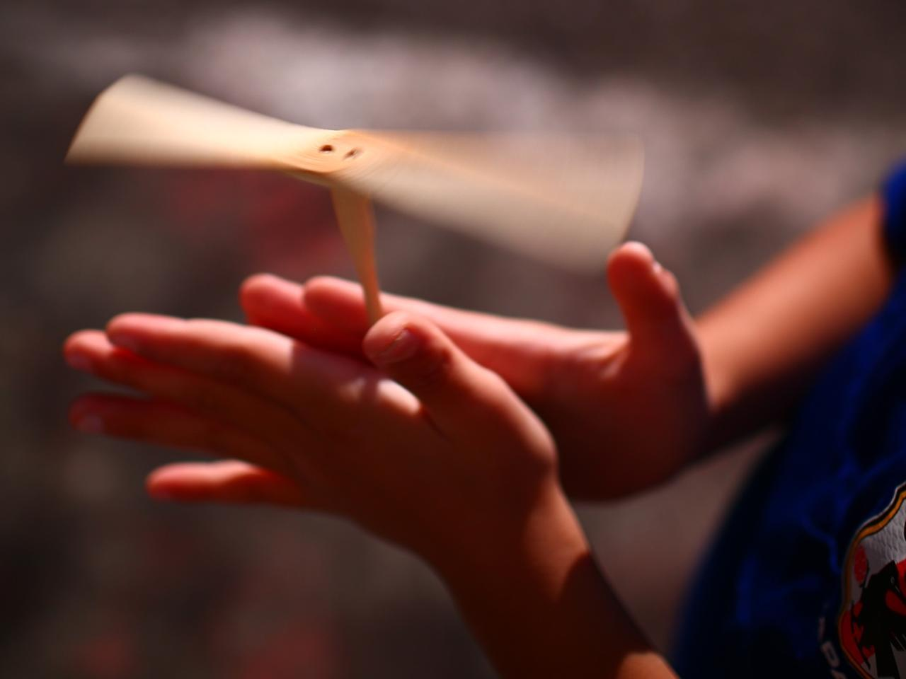 画像: 竹とんぼを飛ばすときのように、(上から見て)右側に前向きの力、左側に後ろ向きの力を加えれば、反時計回りの回転力を生むことができる(写真はイメージ 撮影/三木崇徳)