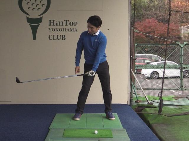 画像: 左手の甲を地面に向けるように意識すると、フェースを閉じながらダウンスウィングできる