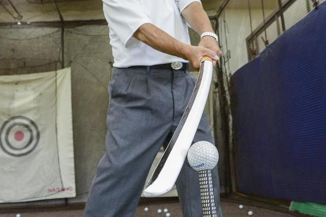 画像: ボールを「切る」ほうがよどみなく振れ、力まない。フェースローテーションを考える必要がないので再現性も高い(撮影/浅田紀元)