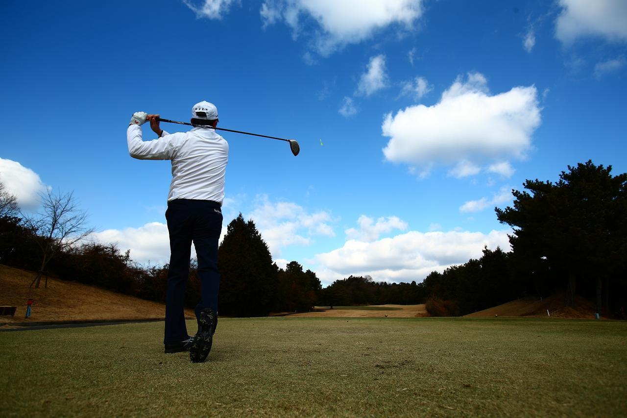 画像: 大自然を歩くゴルフは仕事を引退した人たちのいい運動にもなる!(撮影/三木崇徳)