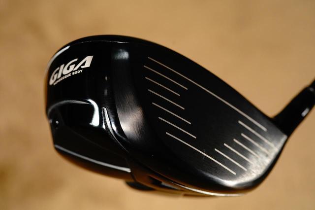 画像: 黒い精悍なフェースながら、その打感は驚くほど柔らかい。それでいてシャキッとした気持ち良さもある!